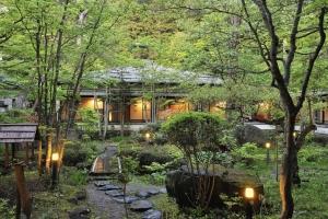 2-Day from Nagano: Snow Monkey, Zenko-ji Temple, Sake, and Luxury Ryokan