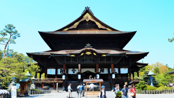 10:00 Arrive at Zenko-ji Temple, followed by Sake Tasting and lunch