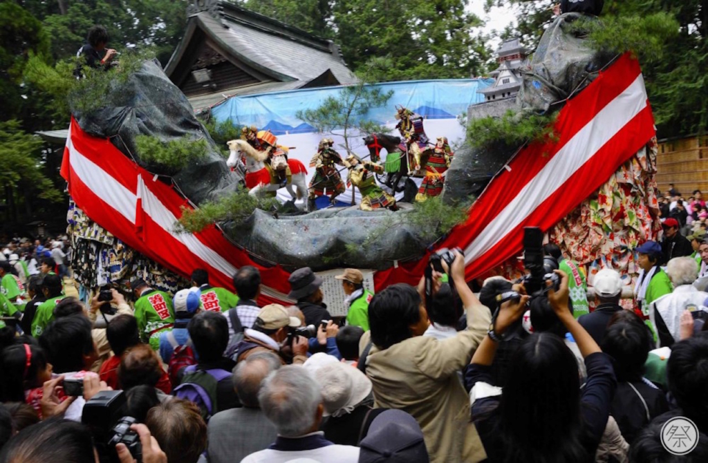 15:00 The battle begins as local residents pull the floats toward the shrine and clash with dramatic, symbolic force.