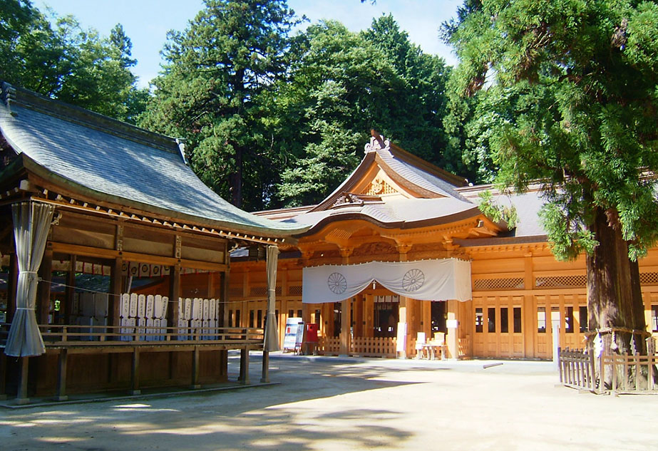 14:15 Arrive at Hotaka Shrine and be guided to your reserved seating.